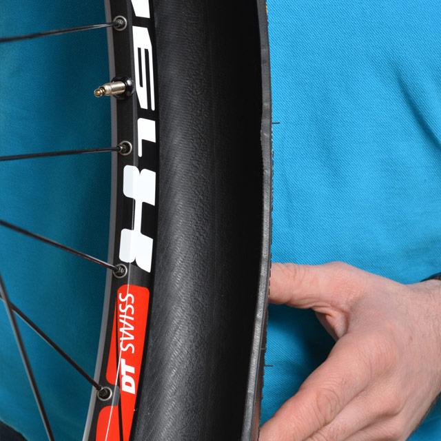 Montez la première tringle du pneu